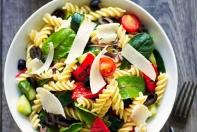 Σαλάτα ζυμαρικών με πέστο πιπεριάς - Μπορεί να λειτουργήσει ως μεσημεριανό ή βραδινό