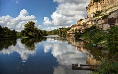 Beynac-et-Cazenac: Το γαλλικό χωριό που είναι χτισμένο μεταξύ γκρεμού και ποταμού (Βίντεο)