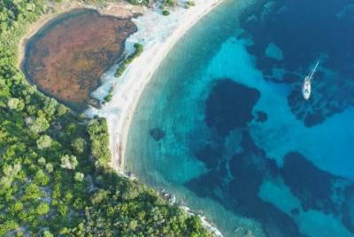 Το «μεγαλύτερο» μικρό νησί της Ελλάδας από ψηλά (Βίντεο)