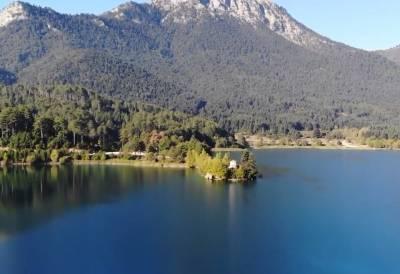 Δόξα: Η κουκλίστικη λίμνη της Πελοποννήσου που θυμίζει αλπικό τοπίο (Βίντεο)